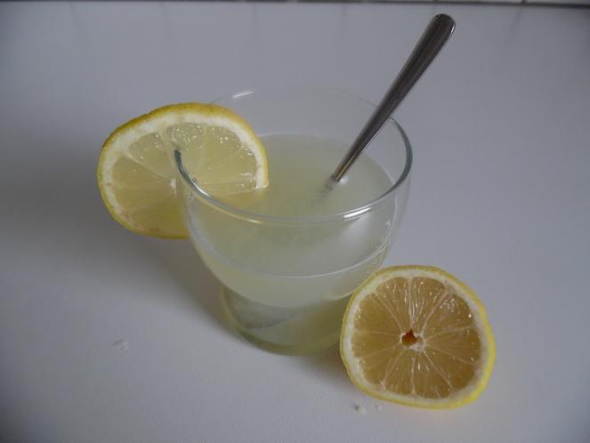 warm citroensap, erg deugdzaam bij keelprikkels
