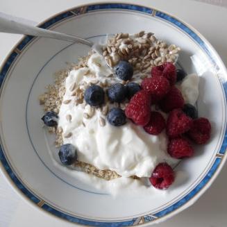 Gezond ontbijt met vers fruit, haver, pitten en yoghurt